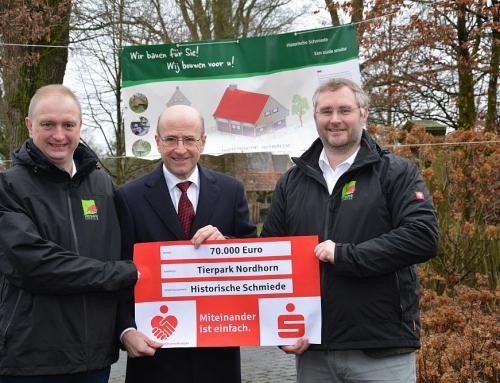 Grafschafter Sparkassenstiftung fördert Bau einer historischen Schmiede im Tierpark Nordhorn